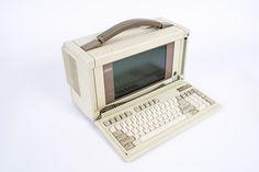 """Compaq Portable III Computer (EUA. 1987). Micro Intel 80286. 640 KB. Disco duro de 20 MB. Este computador portátil, ao incorporar um disco duro de 20 Mb, já não necessitava de utilizar disquetes para arrancar e assim se poder trabalhar com ele. O monitor é  monocromático e tem 10"""". No ano de 1987, custava a módica quantia de 4.999 dólares.  http://oldcomputers.net/compaqiii.html"""