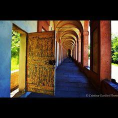Porte nascoste sulla strada per San Luca - Foto di Cristina Gardini via @SuccedesoloaBologna