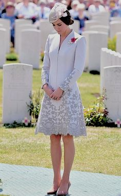 William and Kate visit Commonwealth War Graves Honouring: The Duchess stood in silence for a moment as she honoured the memories of the thousands of Commonwealth soldiers killed in battle Princesa Kate, Duke And Duchess, Duchess Of Cambridge, Style Kate Middleton, Pippa Middleton, Duchesse Kate, Herzogin Von Cambridge, Style Royal, Catherine Walker