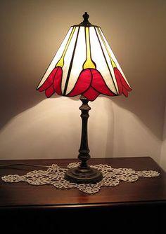 Lampada Tiffany Liberty con fiori rossi, tutto vetro opalescente.