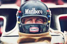 James Hunt and the Marlboro sponsor before a Formula One race! He's like a racing god James Hunt, Nascar, Vintage Helmet, Vintage Racing, Bmw Vintage, Vintage Air, Racing Helmets, F1 Racing, Grand Prix