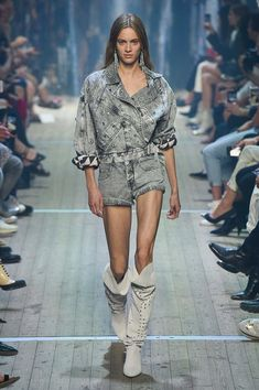 The complete isabel marant spring 2019 ready-to-wear fashion show now on vo Womens Fashion Casual Summer, Womens Fashion For Work, Spring Summer Fashion, Autumn Fashion, Couture Fashion, Runway Fashion, Girl Fashion, Fashion Show, Fashion Design
