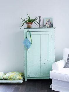 Neigt een beetje naar blauwe, deze frisse mintgroen, de kleur geeft het kasje een brocante effect.