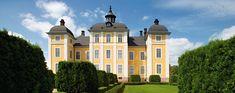 Strömsholms gula barockslott är byggt på en stensatt holme precis där Kolbäcksåns strömmande vatten lugnar sig och flyter ut i Mälarviken Freden. Riksänkedrottning Hedvig Eleonora drev många stora byggnadsprojekt på Strömsholm. Hon uppförde det nya slottet och omkring tjugo byggnader i slottsområdet.