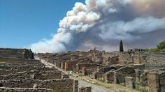L'incendio del Vesuvio visto dagli scavi di Pompei sembra un'eruzione: la colonna di fumo parte dalle pendici del vulcano e sovrasta in pratica