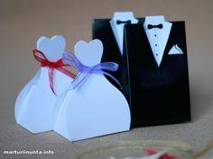 Marturii mire si mireasa Pereche de marturii pentru nunta, realizata din carton de o calitate deosebita. Fiecare marturie mireasa, se livreaza impreuna cu 33 cm de organza sau saten, pentru fundita. Dimensiuni: Mire: 6.5 cm x 3.8 cm x 10.3 cm. Mireasa: 6.5 cm x 4 cm x 9.5 cm.Pretul afisat este