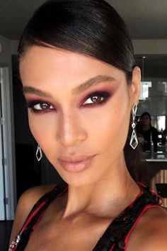 When we think of smoky eyes, we tend to picture deep gray tones or almost black shadows brushed across the eyelids. That's no longer the case because makeup artists have been styling their clients with smoky eyes of all colors. If you're not interested in dark shadows, opt for copper tones which are a lot more wearable.