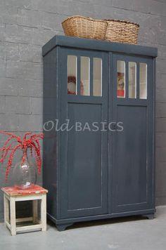 Kast 10079 - Statige houten kast, antraciet van kleur. Achter de ruitjes is de binnenkant wit. De kast heeft drie legplanken. Leuk om te gebruiken als linnenkast!
