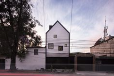 Located in Xomalli street 153, in the town of San Lorenzo Huipulco , the xomali house it develops through two floors and a mezzanine on a plot of land of jus...