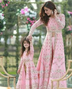 Matching dresses for mother and daughter, Party dresses for mother and daughter New Designer Dresses, Indian Designer Outfits, Indian Outfits, Indian Gowns Dresses, Pakistani Bridal Dresses, Girls Dresses, Party Dresses, Frock Design, Mom Daughter Matching Dresses