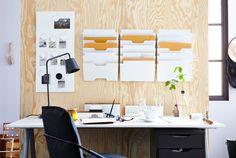 Íróasztal egy fa panel előtt, IKEA fali zsebekkel és faliújsággal
