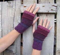 Hand Knit Fingerless Gloves in purple tones plum por elfinhouse