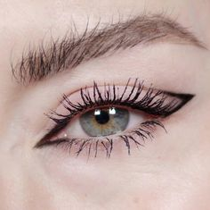 8 Easy Minimal Eye Makeup Looks That Will Turn Heads - UK Looking to spice up your makeup routine and turn heads? Check out these super easy minimal eye makeup looks that will certainly impress! Lila Eyeliner, Cat Eye Eyeliner, Natural Eyeliner, Eyeliner Looks, Cat Eye Makeup, No Eyeliner Makeup, Eyeshadow Looks, Contour Makeup, Lip Makeup