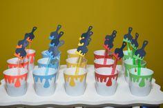 Que tal enfeitar a festa do seu filho com esse copinho de brigadeiro?  Original, diferente e colorido, eles fazem a alegria da criançada, pois além de gostarem desse tipo de brigadeiro, elas adoram brincar com os pincéis (colher) e as tintas (copinho).  Podemos confeccioná-lo em várias cores e te... Birthday Party Design, 6th Birthday Parties, Birthday Party Decorations, 12th Birthday, Circus Theme Party, Circus Birthday, Party Props, Artist Birthday, Paint Themes