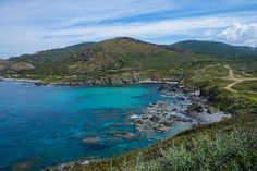 Le sentier des Douaniers en Corse, près de la Pointe de la Parata, une randonnée très accessible pour les débutants, mais aussi facile d'accès sans voiture. A découvrir lors de votre séjour en Corse!