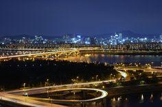 [2012.10.11] 서울의 야경 X-Pro1    후지필름 2기 객원리포터 경희대 이진호님의 작품입니다.    늦은 저녁, 응봉산에서 바라본 한강의 모습인데요.    세계의 어느 도시보다 서울의 야경이 가장 아름답다는 생각을 해봅니다^^    <사진정보>    조리개값: F/11  노출시간: 25초  ISO감도: ISO-200  초점거리: 35mm    http://blog.naver.com/fujifilm_x/150142905645
