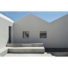 ABAL House-Studio by Benítez González Arquitectos in Granada, Spain, 2017. . Photos by Sonia Benítez González . #concrete #art #arch #architecture #design #sculpture #bench #house #spain #granada