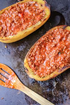 How to Cook Spaghetti Squash Boats - Savory Thoughts - Here's the right way to cook spaghetti squash boats! This method will leave you with a juicy, tender, spaghetti-like experience every single time. Full of fiber and other nutritious value. Food Dishes, Main Dishes, Diabetic Recipes, Cooking Recipes, Spaghetti Squash Boat, Squash Boats, Haitian Food Recipes, Good Food, Yummy Food