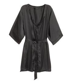 Check this out! Kimono i tynd satin. Den har skjult bindebånd i taljen og fastsyet bælte.  – Gå ind på hm.com for at se mere.