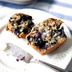 Ever made a batch of blueberry muffins only to find that all the fruit sank to the bottom during baking? Soggy-bottomed muffins are so disappointing. Here's how to keep that from happening. Blueberry Bran Muffins, Homemade Blueberry Muffins, Blue Berry Muffins, Blueberry Recipes, Muffin Recipes, Breakfast Recipes, Bread Recipes, Yummy Recipes, Soup Recipes