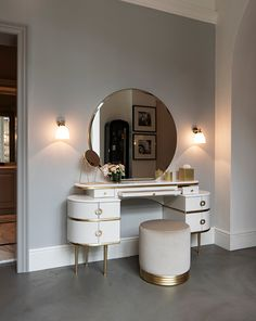 """It pays homage to unconvential feminity and irresistible charisma of the author's wife and muse of """"The Great Gatsby"""", this vanity table revisits the classic bedroom dresser in a contemporary vein. White Vanity Table, Modern Vanity Table, Vanity Tables, Mirrored Vanity Table, Mirror Vanity, White Mirror, Home Furniture, Furniture Design, Deco Furniture"""