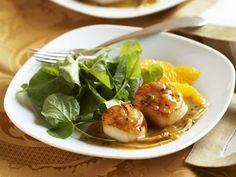 Jakobsmuscheln mit Orangensoße und Rauke ist ein Rezept mit frischen Zutaten aus der Kategorie Muscheln. Probieren Sie dieses und weitere Rezepte von EAT SMARTER!