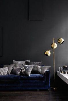Sala de estar em tons escuro com candeeiro dourado | Eu Decoro