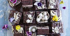 Kinderpiirakka on jokaisen suklaanystävän makuun. Kinderpiirakka yhdistää rapsahtavan pinnan, pehmeän pohjan ja kreemitäytteen. Tämä viedään käsistä!