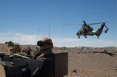 Operación Serval. Helicóptero Tigre pasando junto a un convoy en Tessalit, Mali