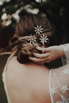 Hand-painted daisies with a moonstone center on a brass hair pin makes this a perfect summer hair style. Stacked Bob Hairstyles, Easy Updo Hairstyles, Summer Hairstyles, Pretty Hairstyles, Up Styles, Hair Styles, Robert Mapplethorpe, Trending Hairstyles, Hair Lengths