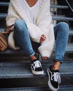 White vans outfit, casual sneakers outfit, vans old skool outfit, outfits with black Trendy Fall Outfits, Winter Fashion Outfits, Cute Casual Outfits, Fall Winter Outfits, Fashion Fall, Girl Fashion, Classic Fashion Outfits, Fall Outfit Ideas, Comfortable Fall Outfits
