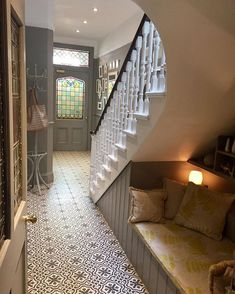Traditional style hallway with patterned floor tiles, cosy bench nook and Victorian features Tiled Hallway, Hallway Ideas Entrance Narrow, Hallway Flooring, Modern Hallway, Hall Tiles, Entryway, Victorian House Interiors, Victorian Home Decor, Victorian Style Homes