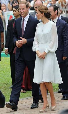 Kate Middleton Photo - The Duke And Duchess Of Cambridge Diamond Jubilee Tour - Day Duchess of Cambridge is sharing her Husband Prince William Duke of Cambridge the event of the Diamond Jubilee Tour. Vestidos Kate Middleton, Moda Kate Middleton, Looks Kate Middleton, Kate Middleton Dress, Princesa Kate Middleton, Kate Middleton Photos, Kate Middleton Fashion, George Of Cambridge, Duchess Of Cambridge