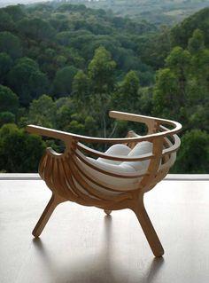 Дизайнер Marco Sousa Santos из компании Branca-Lisboa спроектировал необычное кресло из фанеры Shell Chair. Кресло по форме напоминает кокон, выполненный из массивных деревянных частей. Внутрь вкладывается мягкая подушка, что создает удобство и комфорт для любого обладателя