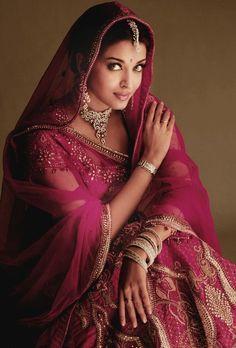 Aishwarya Rai in roter indischer Sari Bollywood Sari, Bollywood Jewelry, Bollywood Actress, Bollywood Photos, Bollywood Style, Indian Bollywood, Indian Dresses, Indian Outfits, Moda India