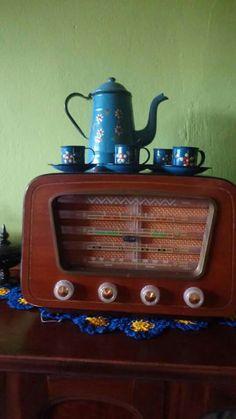 Radio Semp e bule com xicatas esmaltados