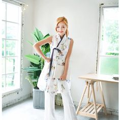 Clothing inspired by hanbok Korean Traditional Dress, Traditional Fashion, Traditional Dresses, Korean Dress, Korean Outfits, Modern Hanbok, Culture Clothing, Oriental Fashion, Japan Fashion