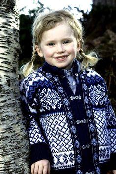 Children's medium Nordstrikk cardigan sweater by VikingRaids Fair Isle Knitting, Baby Knitting, Cardigan Fashion, Sweater Cardigan, Crochet For Kids, Knit Crochet, Motif Fair Isle, Norwegian Knitting, Easy Knitting Patterns