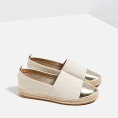 Alpargata - É um calçado pre so ao pé por meio de tiras de couro, corda ou pano; espécie de sapatilha feita em brim. Teve origem entre os trabalhadores das docas na França e Espanha. Bastante utilizado na década de 80. Imagem 3 de ALPERCATA PORMENOR BIQUEIRA da Zara