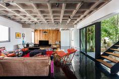 Cobertura ampla e aberta para a cidade O triplex tem ares de loft e um espaço de lazer completo