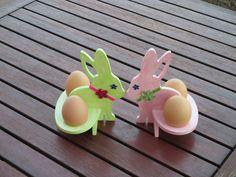 Něžní+zajíčci+-+cena+za+sadu+Stojánky+na+vajíčka-zajíčci,patinováno+pastelovými+barvami,+zdobené+sametovými+stužkami+a+bižuterními+květinkami.+Vyrobeno+z+dřevotřísky+o+síle+6+mm.+Velmi+stabilní.+Rozměry:+výška:+15+cm.+ + + + + + + + +šířka:12,5+cm.+Důkladně+přelakováno.+Uvedená+cena+je+za+sadu.+Dodávám+bez+vajíček+:o))+Vyrobeno+v+nekuřáckém...