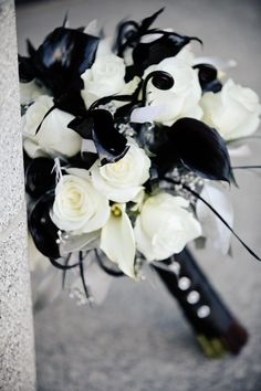 @Cathy Ma Ma Cain I'm not usually a huge fan of white roses but this is really pretty. Love the black callas with it.