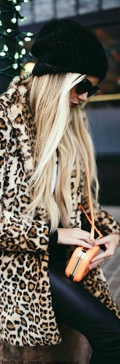 Take a look at 31 trendy leopard coat outfits that are actually easy to copy in the photos below and get ideas for your own outfits. Animal print coat with chambray shirt, jeans and LV envelope handbag. Looks Street Style, Looks Style, Look Fashion, Fashion Outfits, Womens Fashion, Fall Fashion, Street Fashion, Street Chic, High Fashion