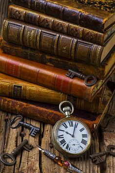 ❦ Old books.three of my favorite things.old books, pocket watch, and old keys! This is how I am going to decorate my new apartment! Old Books, Antique Books, Antique Keys, Vintage Keys, I Love Books, Books To Read, World Of Books, Book Nooks, Library Books
