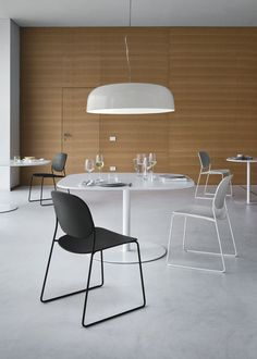 The Smithfield S Suspension Lamp was designed in the year 2009 by London-based designer Jasper Morrison for the Italian lighting manufacturer Flos. Chair Design, Furniture Design, Suspension Cable, Dining Chairs, Dining Table, Arm Chairs, High Chairs, Dining Room, Multifunctional Furniture