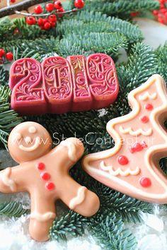 #2019 #gift #giftset #soap #xmas #biscuits #xmasgift Σετ με (3) σαπούνια, μπισκοτούλης, έλατο στολισμένο & 2019, σε μπεζ και αποχρώσεις του κόκκινου Biscuits, Sugar, Cookies, Desserts, Food, Crack Crackers, Crack Crackers, Tailgate Desserts, Deserts