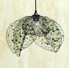 Zelený květ. Drátované stínidlo. Jedinečný šperk pro váš domov. Nazývám jej stínidlem, ale pravdou je, že až zase tolik nestíní - je spíš originálním doplňkem vašeho pokoje. Předpokládanou majitelkou je žena, která je optimistická a má ráda život :) Stínidlo jsem vyrobila ze železného drátu a hromádky broušených perlí v zelených barvách. Rozsvícené ...