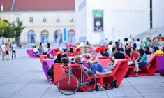 Artist Enzo Enzis transforms the courtyard of Vienna's Museums Quartier into a communal living room come summertime. The movable, multi-use lounges encourage people to take a load off and recline or gather as a group upon their super-sized masses. The fixtures can re-arrange into large linear arrays or circle up as intimate spaces. #Placemaking #LQC #Benches