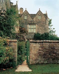 previously secret--gardens — robert-hadley: Kelmscott Manor. Beautiful Architecture, Beautiful Buildings, Beautiful Homes, Beautiful Places, English Manor Houses, English House, Le Palace, English Cottage Style, Mansions Homes
