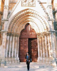 Ainda sobre Batalha, em Portugal!  Uma das portas que dá acesso a entrada no Mosteiro. Arquitetura impressionante, cores incríveis.  É possível fazer fotos muito criativas e contemplar a beleza do silêncio na parte de dentro!